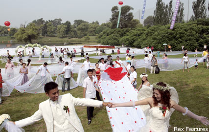 Lin Rong, World's longest wedding dress train, Fashion News