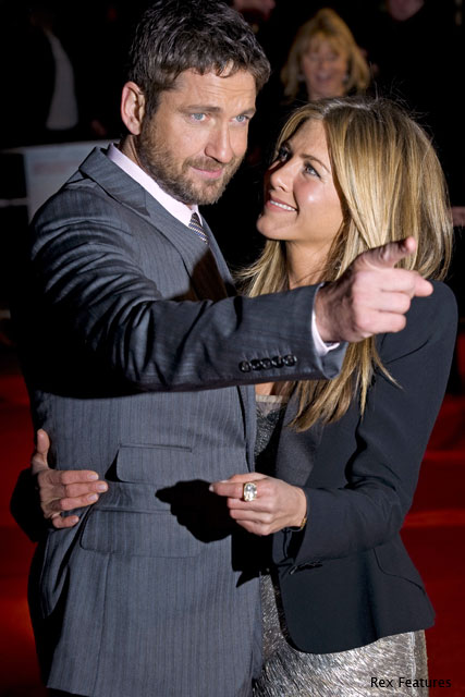 Jennifer Aniston and Gerard Butler at the Bounty Hunter Premiere - Cosy, couple, cameras, hug - Marie Claire