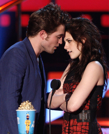 Robert Pattinson and Kristen Stewart - Robert Pattinson: Best Kiss acceptance ?didn?t work?  - MTV Movie Awards - Best Kiss - Celebrity News - Marie Claire