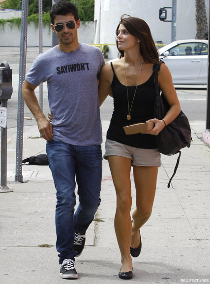 Pics Joe Jonas And Ashley Greene S Romantic Lunchtime Stroll