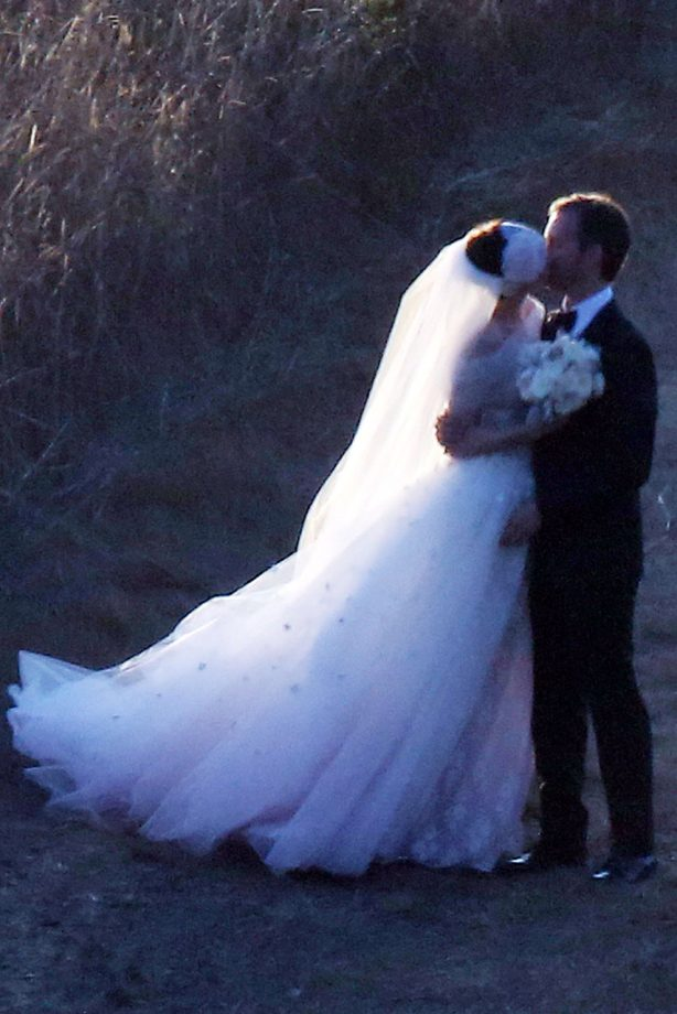Anne Hathaway Wedding.Anne Hathaway Marries Adam Shulman In Valentino Gown