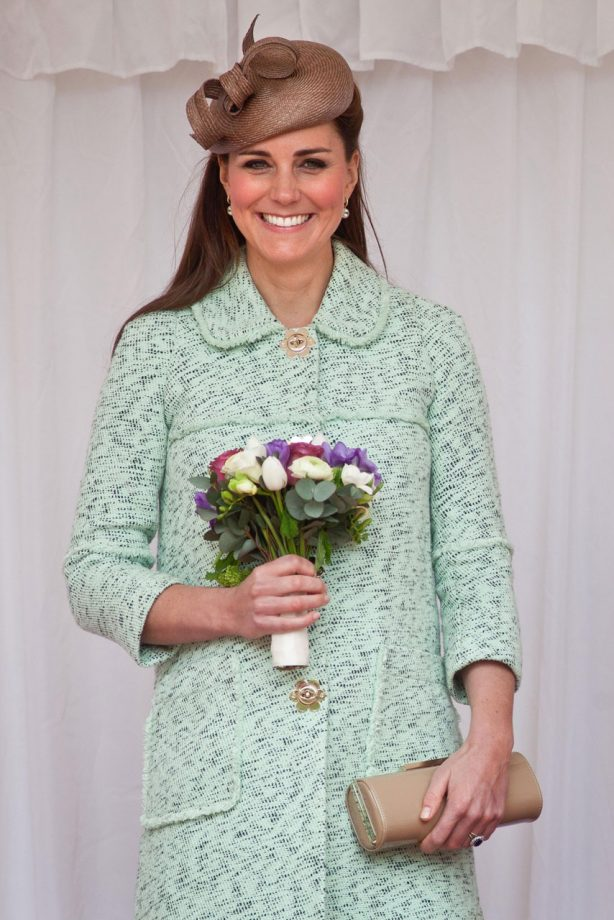 Kate Middleton in Mulberry at Windsor castle with scouts