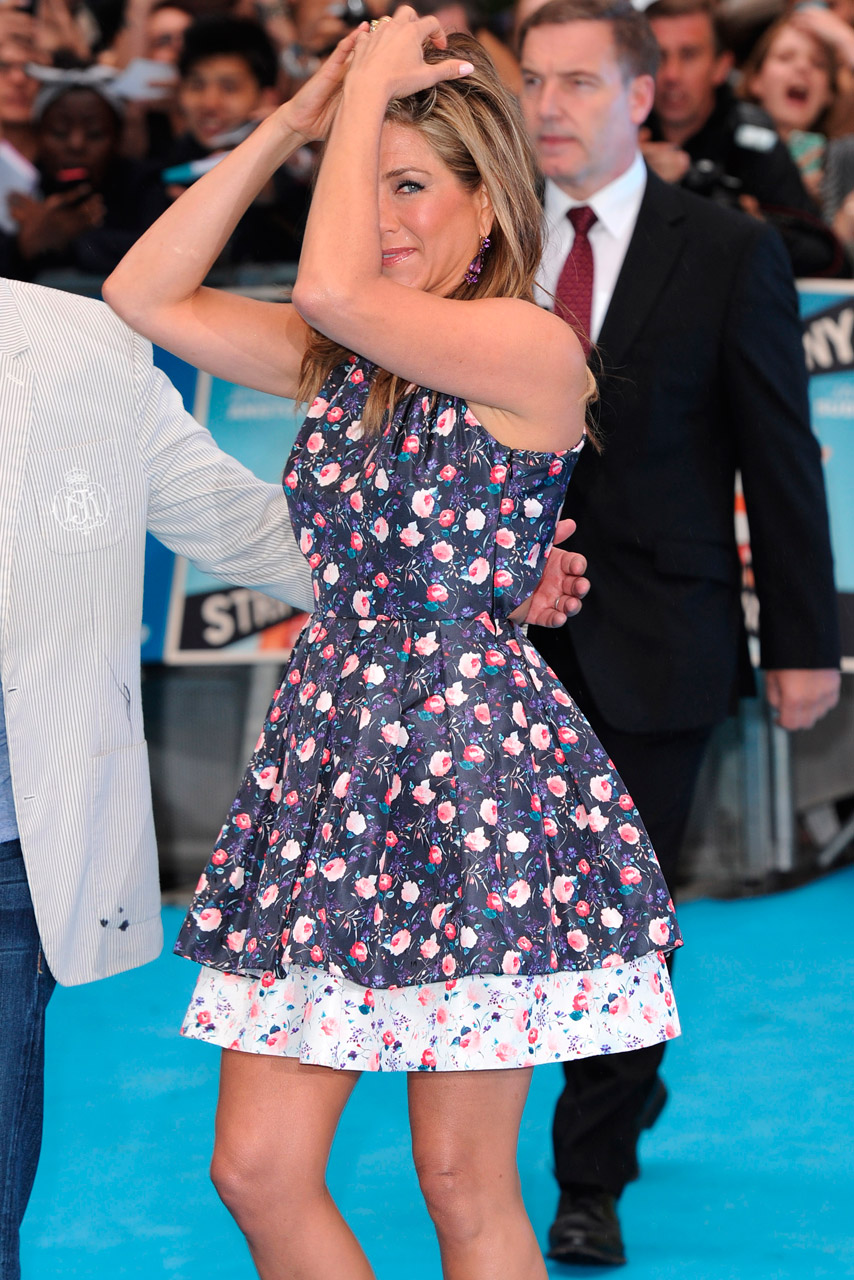 Jennifer Aniston Braves The Rain In Dior At London Premiere Of We're The Millers