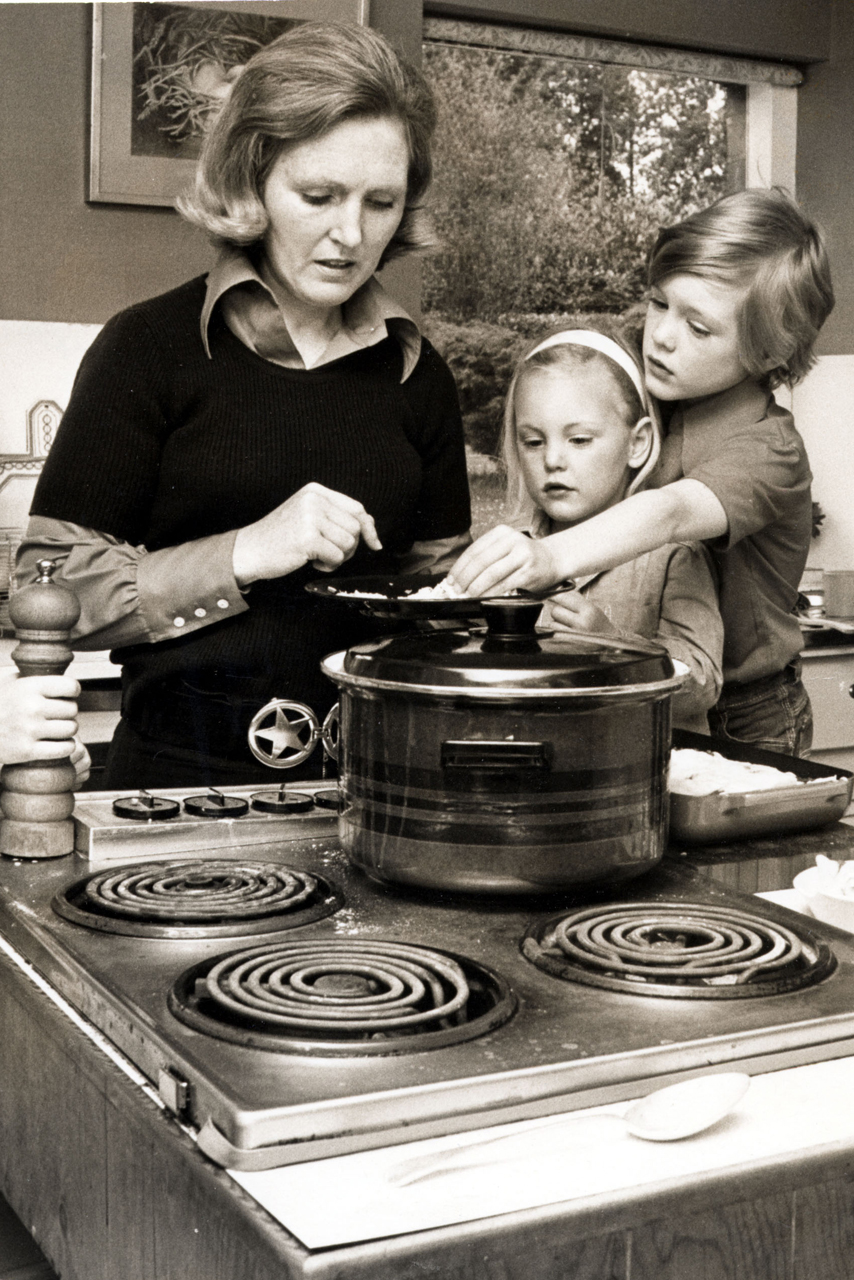 Mary Berries Mary berry 11 things you definitely didnt know mary cooking with her family in 1975 sisterspd