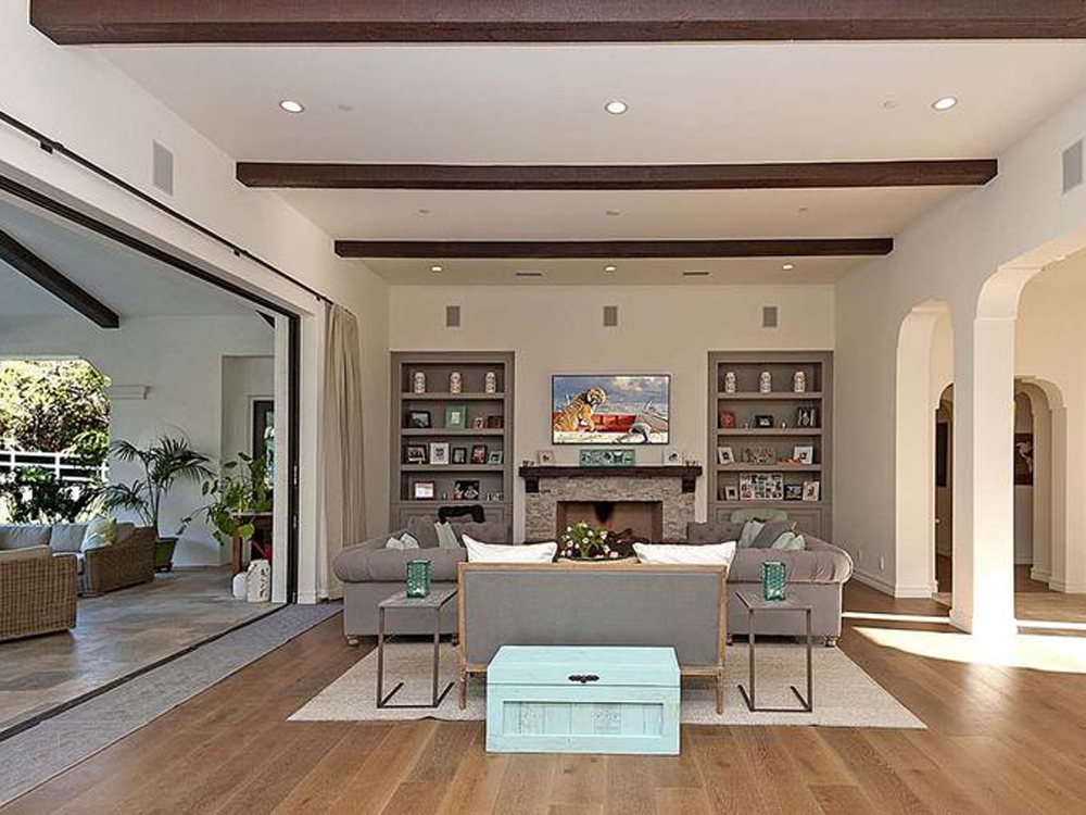Pictures cindy crawford 39 s malibu house goes on sale for for Crawford house