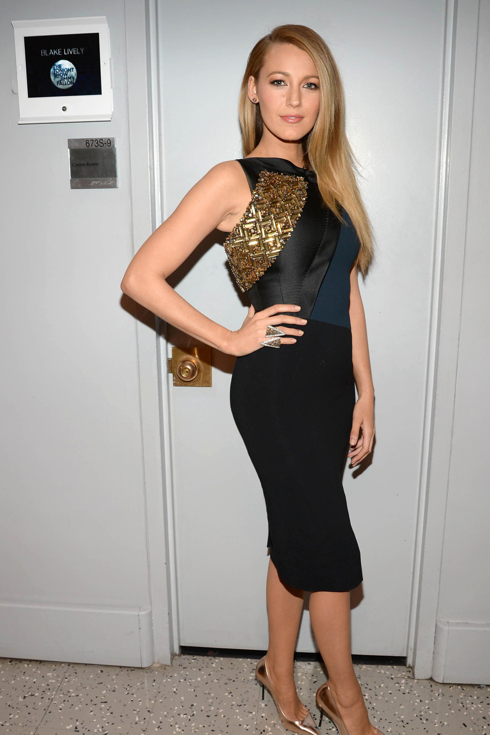 Style Icon Blake Lively works 10 different outfits and hairstyles in ...