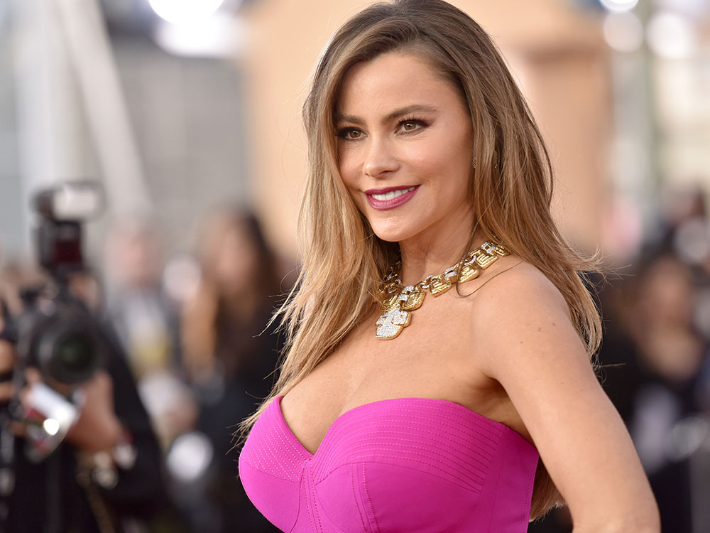 11 fashion struggles that only girls with big boobs know