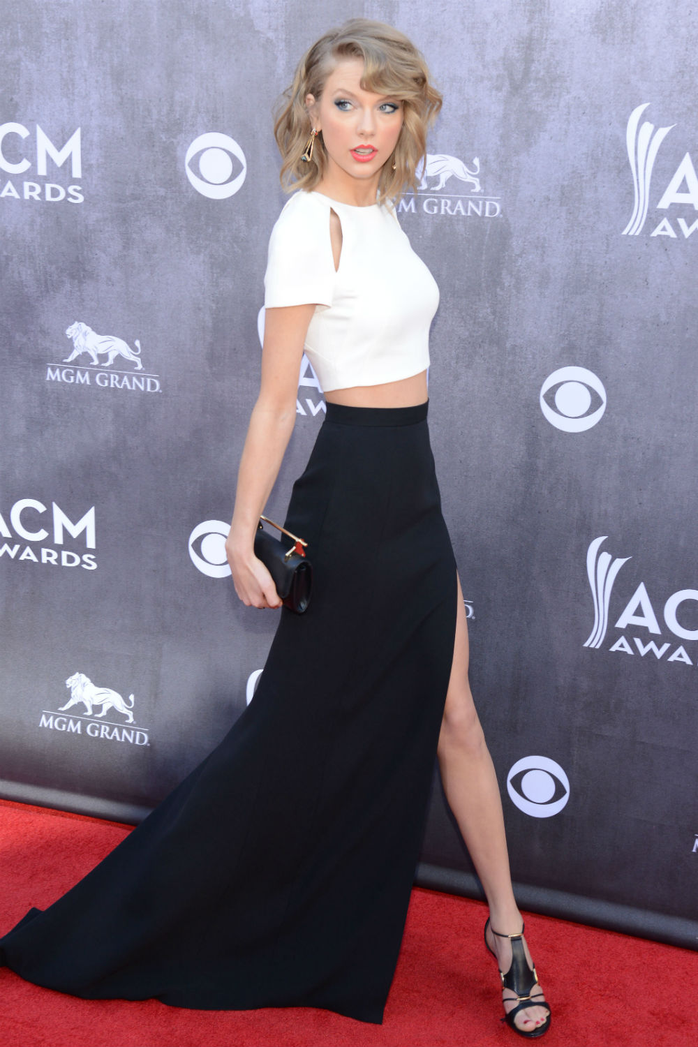 Taylor Swift Shows Some Serious Leg At The Academy Of Country Music Awards