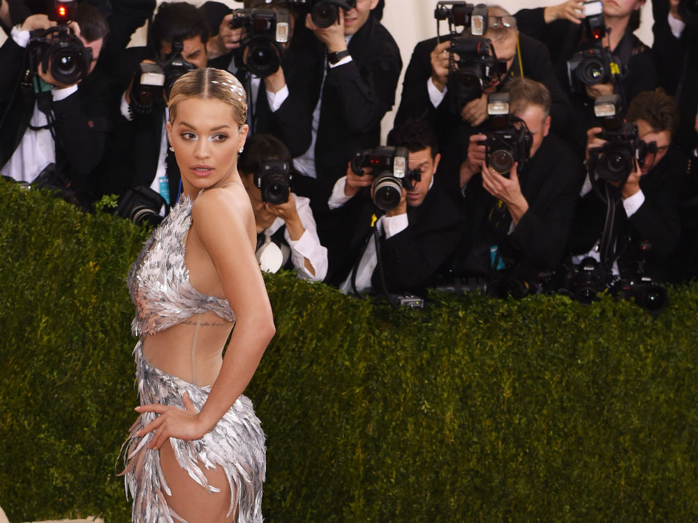 Rita Swept Into The Met Ball Looking Like A Beautiful Metallic Bird Of Paradise Back In More Demure Time Daring Red Carpet Dresses Would Sweep Low