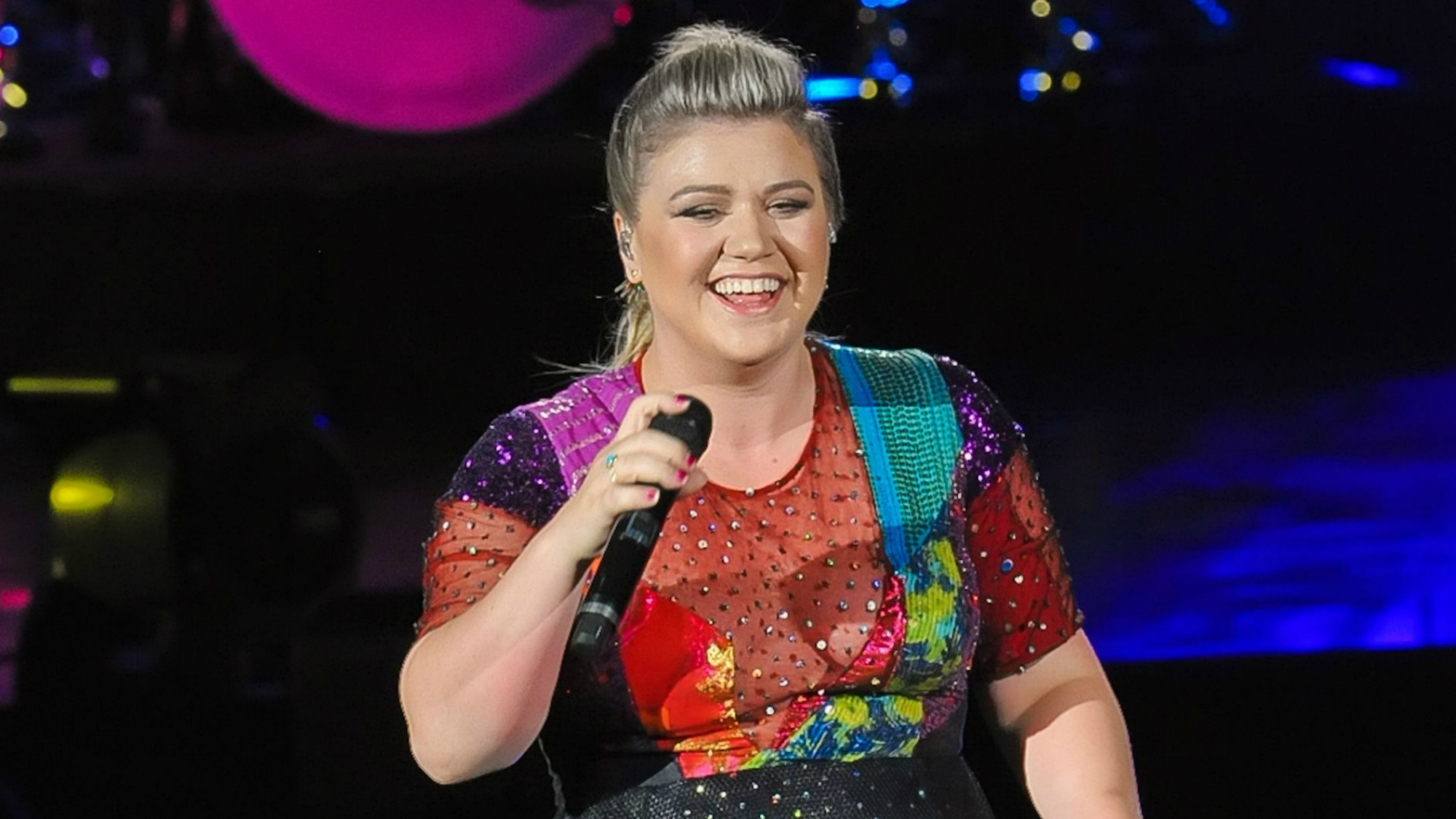 Kelly Clarkson just took on body shaming trolls in the best possible way