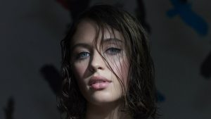 Watch: How to do the perfect cat eye with Iris Law