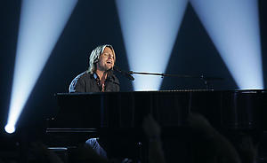 """Australia's Keith Urban performs """"Tonight I Want to Cry"""" at the 41st Academy of Country Music Awards, Tuesday, May 23, 2006, in Las Vegas. (AP Photo/Mark J. Terrill)"""