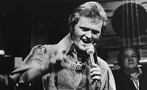"""**FILE** In this 1977 file photo, singer Jerry Reed performs. Reed, best known for appearing in the """"Smokey and the Bandit"""" movies, has died. He was 71. His longtime booking agent says Reed died of complications from emphysema.(AP Photo/RCVD,File)**NO SALES**"""