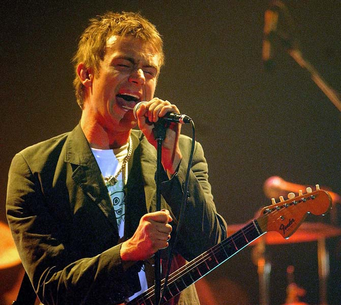 "PA PHOTOS / ABACA - UK USE ONLY : British pop band Blur back with a new album, ""Think Tank"", and a new guitarist (Former VERVE guitarist) Simon Tong, who replaced Graham Coxon . Blur 's lead singer Damon Albarn performing in Washington."