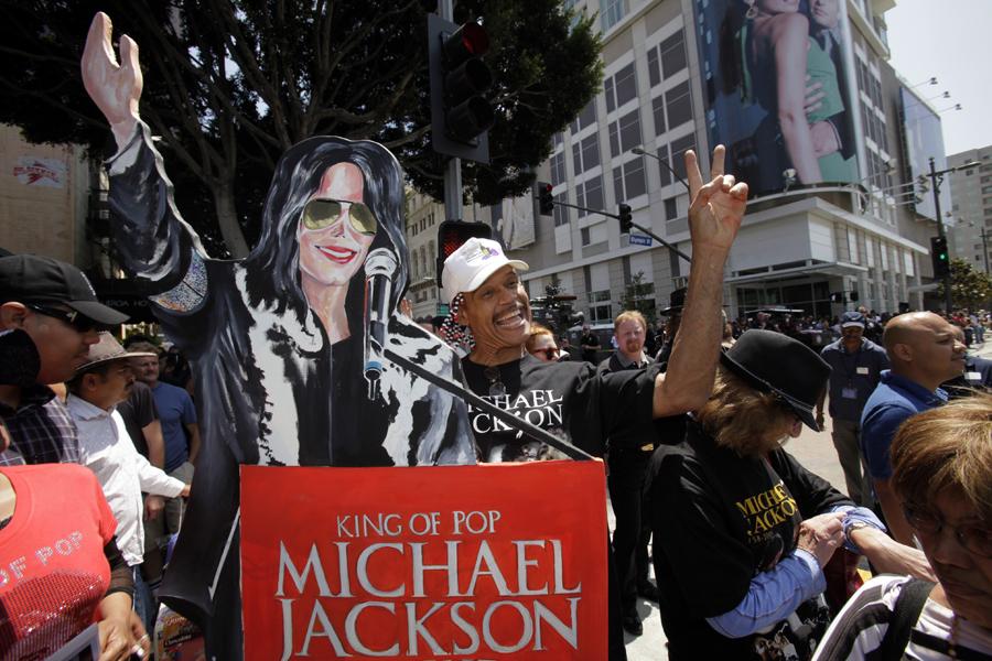 Fans at the public memorial service for Michael Jackson Tuesday, July 7, 2009, in Los Angeles. (AP Photo/Marcio Sanchez)