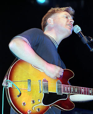 PA NEWS PHOTO 31/8/98 BERNARD SUMNER OF NEW ORDER ON STAGE AT THE READING '98 FESTIVAL.