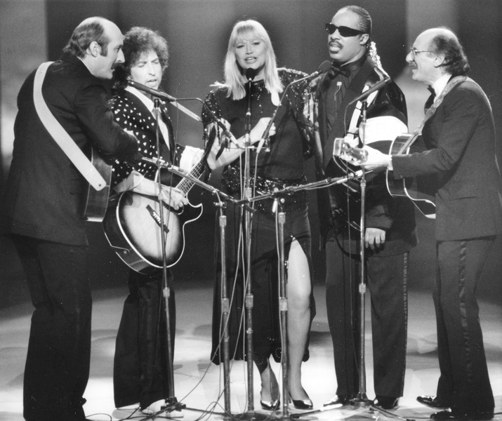 "Stars perform during the ""All Star Celebration Honouring Martin Luther King Jr."" at the Kennedy Centre, in Washington D.C., on Jan. 20, 1986. From left to right; Paul Stookey, Bob Dylan, Mary Travers, Stevie Wonder and Peter Yarrow. The special performance celebrated the first national holiday honouring King. (AP Photo)"