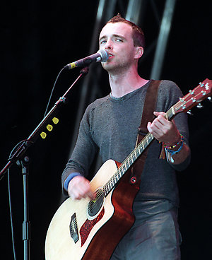 Fran Healy, lead singer of the rock band 'Travis', performs on stage at the 1999 Glastonbury Festival.