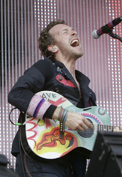 Chris Martin, left, lead singer of Coldplay, performs during the Sound relief concert in Sydney, Australia, Saturday, March 14, 2009, in aid of the Victorian bushfire appeal.(AP Photo/Rob Griffith)