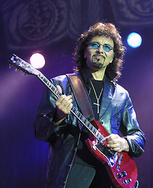 Black Sabbath, Tony Iommi on stage at the Ozzfest for a day of metal and rock, held at the Milton Meynes bowl.Live. Half length.©Suzan/allaction.co.uk