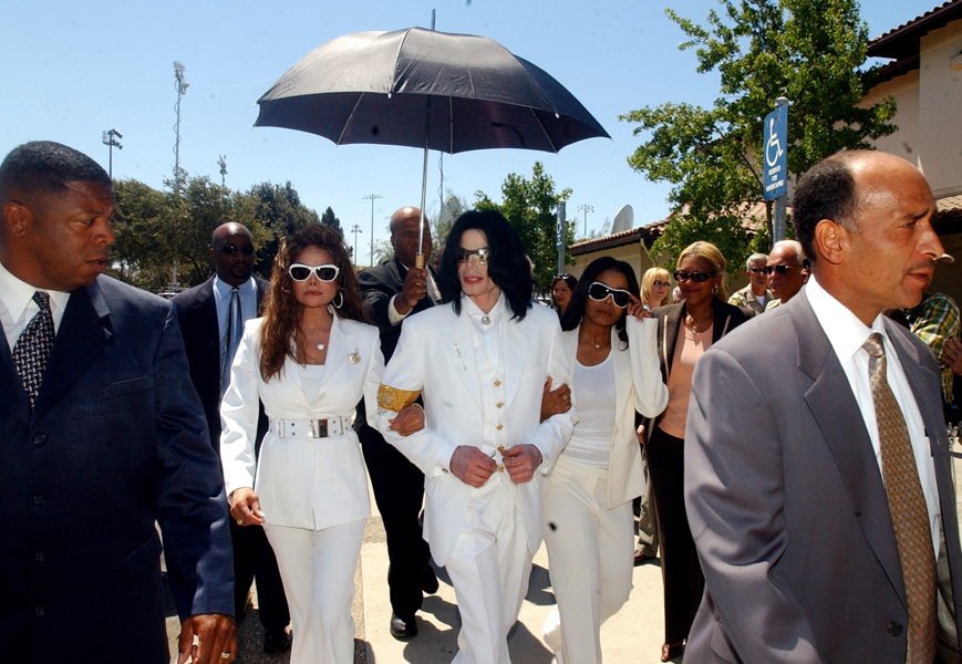 Michael Jackson and his sisters, LaToya, left, and Janet, leave the courthouse for lunch during a pretrial hearing in the Jackson molestation case in Santa Maria, Calif., Monday, Aug. 16, 2004. At right is Jackson's co-counsel Steve Cochran. (AP Photo/Ed Souza, Pool)
