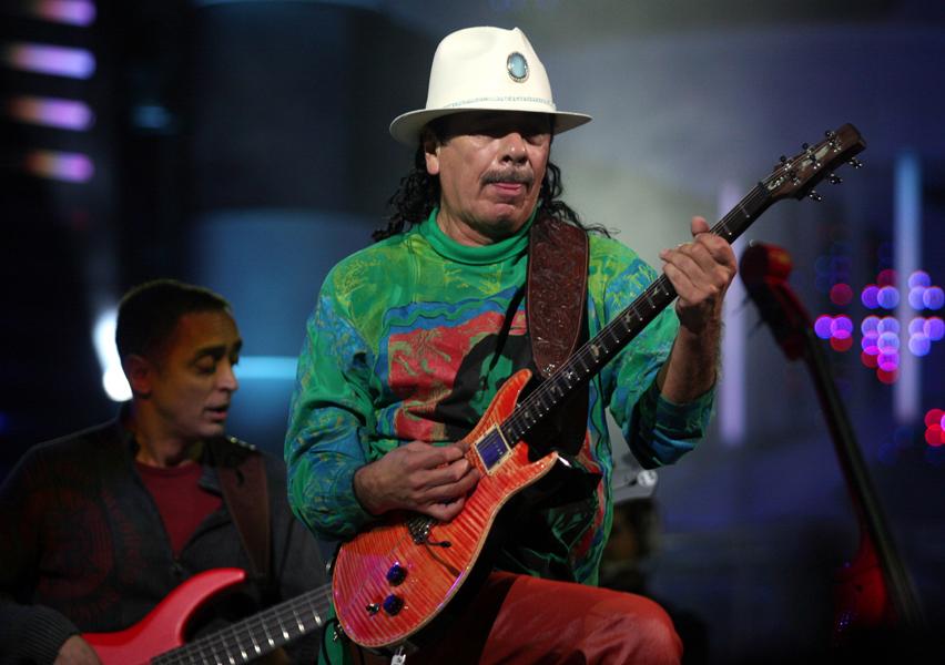 (090226) -- VINA DEL MAR, Feb. 26, 2009 (Xinhua) -- Mexican singer Carlos Santana performs during the third night of the 50th Vina del Mar International Song Festival in Vina Del Mar city, Chile, Feb. 25, 2009. Xinhua /Landov