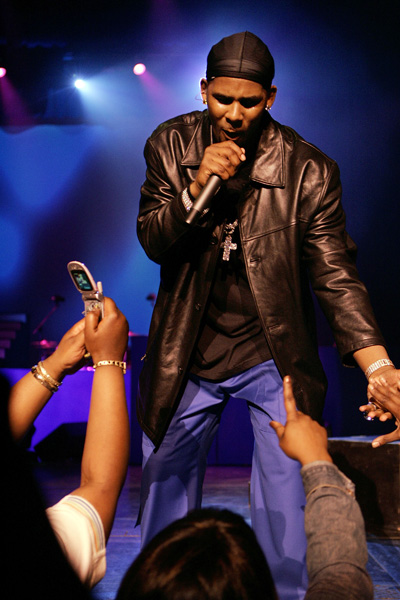 R&B singer and songwriter R. Kelly performs at New York's Radio City Music Hall as part of his Light It Up Tour, Tuesday, April 18, 2006. (AP Photo/Stuart Ramson)
