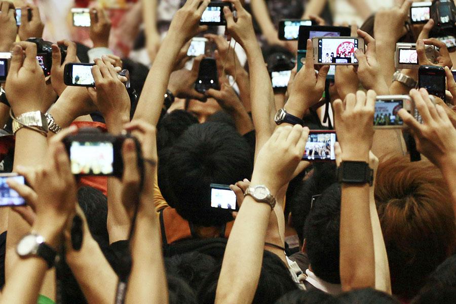 Are Camera Phones Making Memories Or Ruining Gigs? - NME