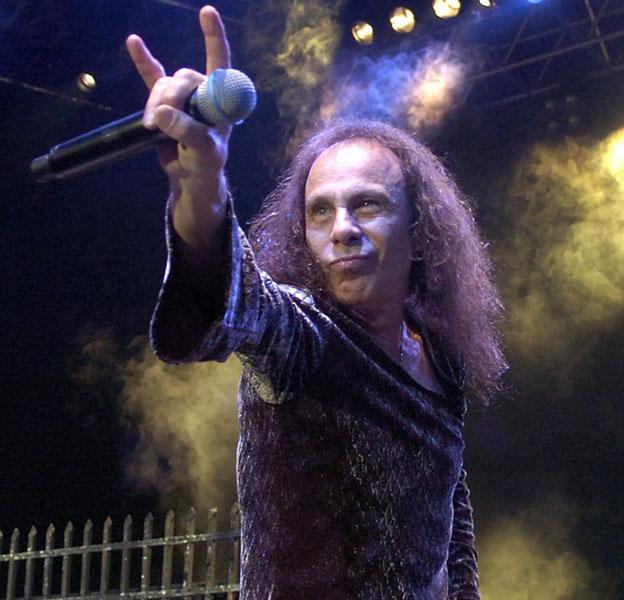 """En esta fotografía del 7 de julio del 2007, Ronnie James Dio interpreta una canción con el grupo británico de heavy metal """"Heaven and Hell"""" durante el 41mo Festival de Jazz de Montreux en Montreux, Suiza. Dio falleció el domingo 16 de mayo del 2010, de acuerdo con su esposa y su representante. (AP foto/Keystone, Sandro Campardo, archivo)"""