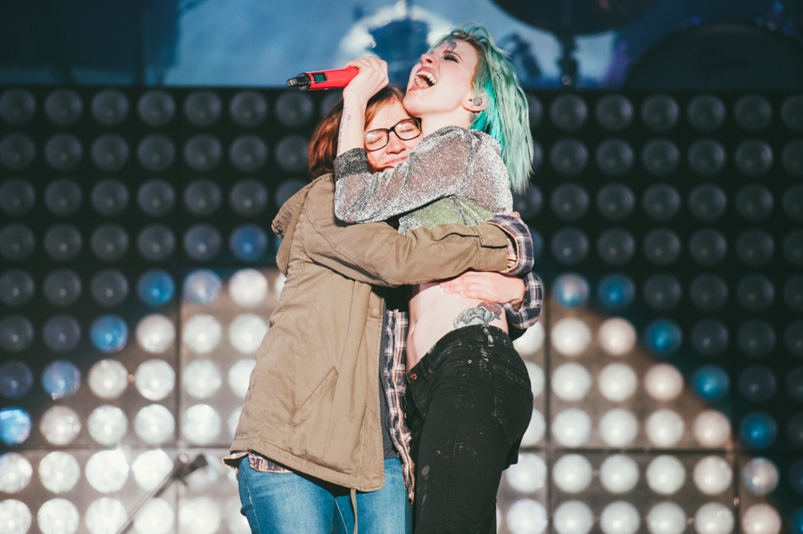 Paramore's Hayley Williams joined on-stage by sister Erica ...