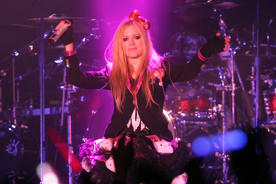 Avril Lavigne denies rumours that she's in rehab
