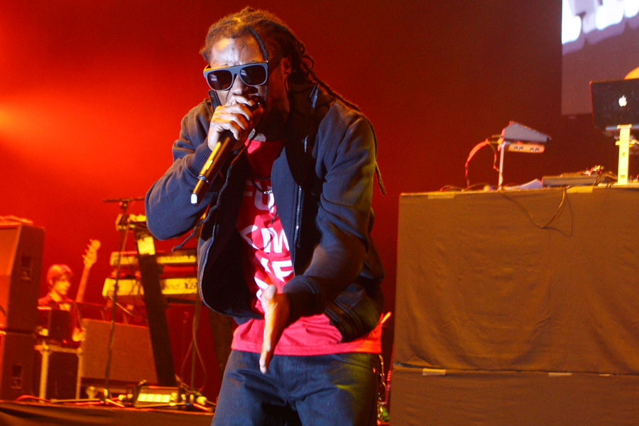 Lil Wayne throws microphone at DJ after on-stage mistake – watch