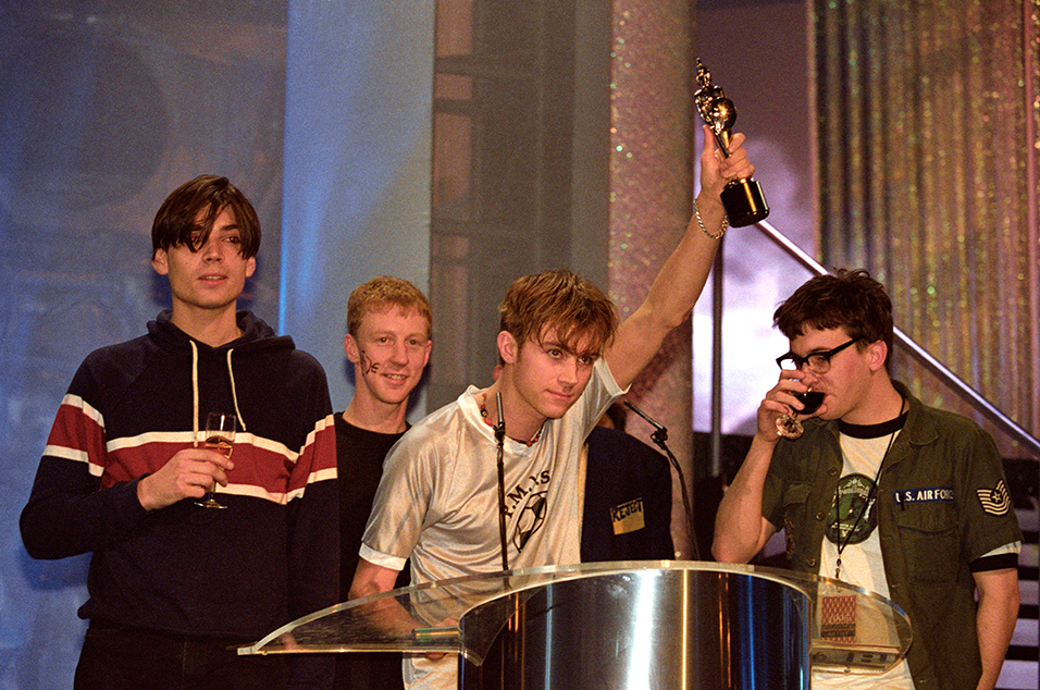 Blur And Oasis' Big Britpop Chart Battle – The Definitive ... Oasis Band 1995