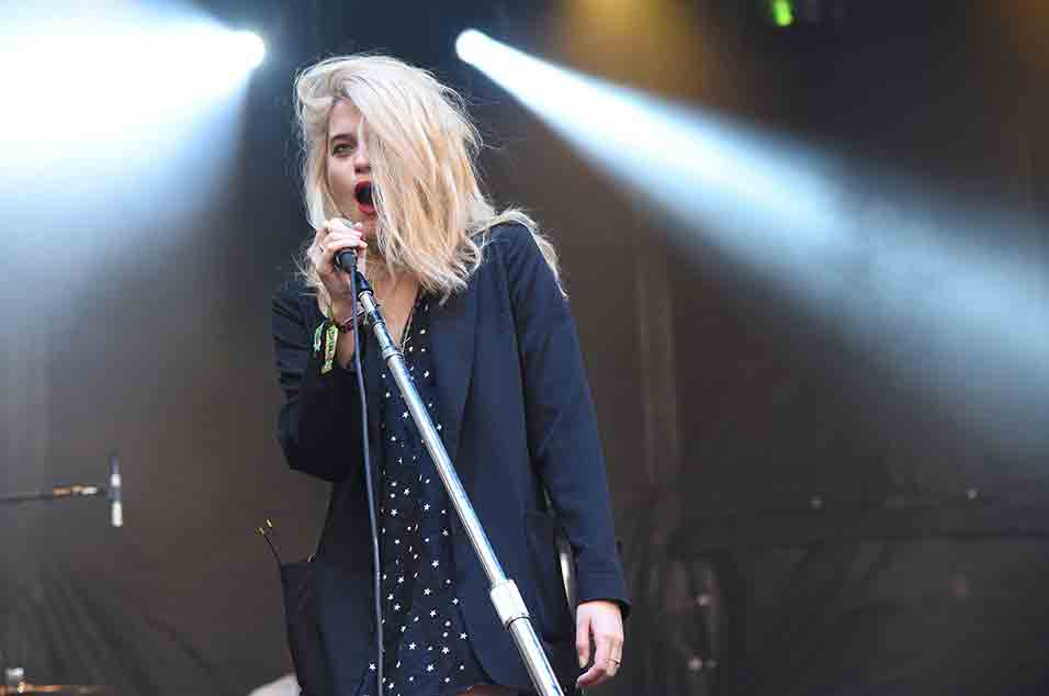 Watch Sky Ferreira sing the theme from 'Twin Peaks'