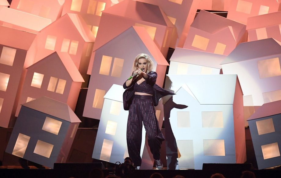 Watch One Of Katy Perry S Dancing Houses Fall Off Stage At The Brit