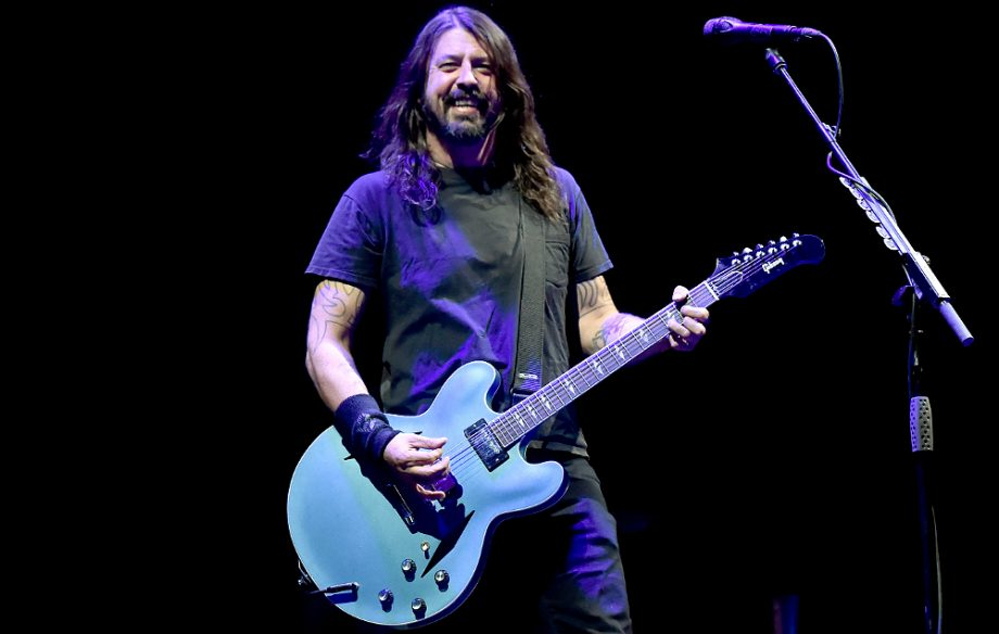 Dave Grohl helps a fan on crutches by gifting her his shoe