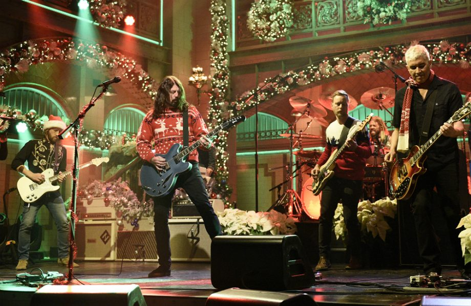 Foo Fighters Snl Christmas.Watch Foo Fighters Perform A Christmas Medley On Snl Nme