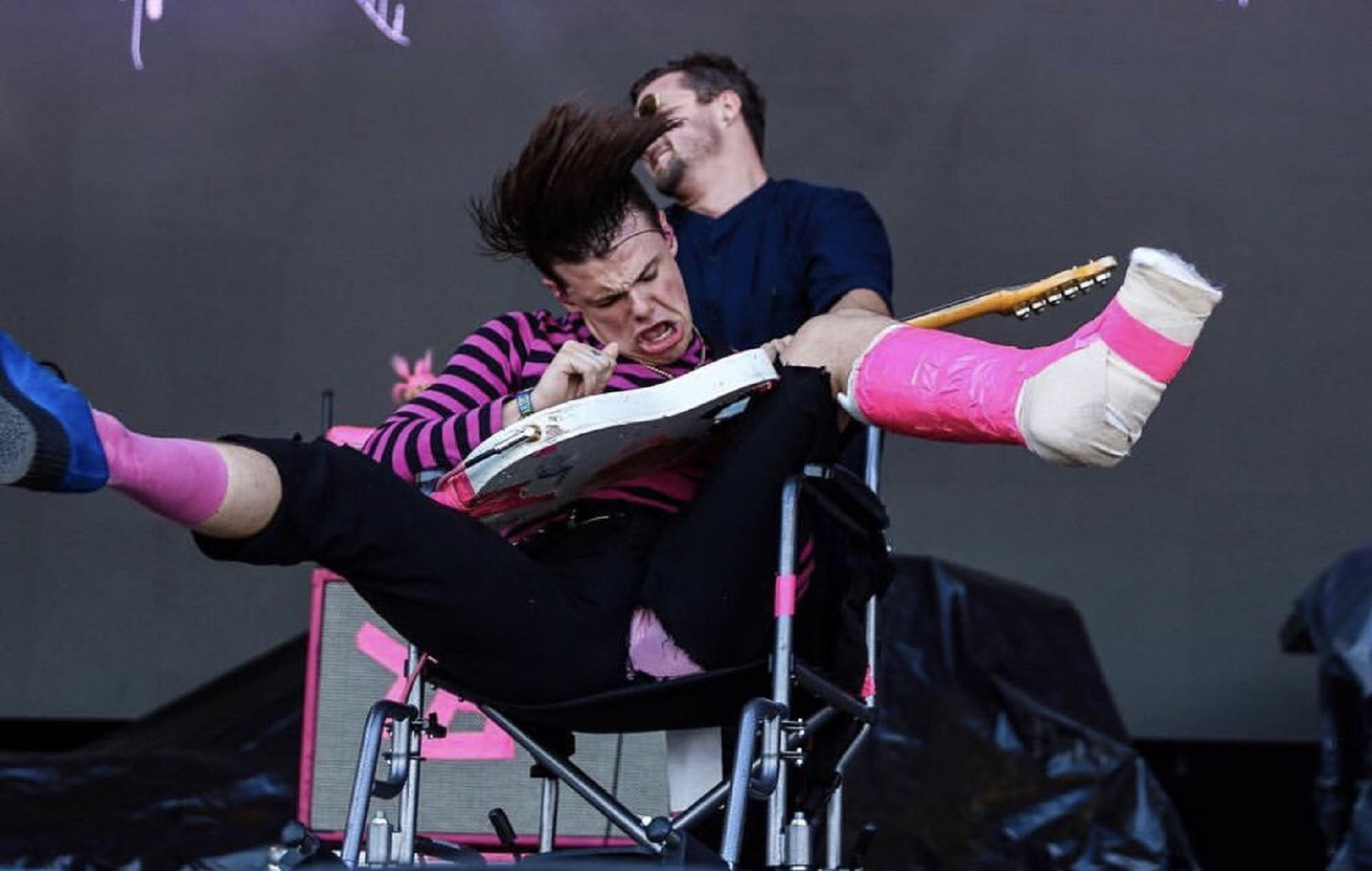 Watch yungblud deliver a fevered acl performance from a wheelchair - Yungblud wallpaper ...