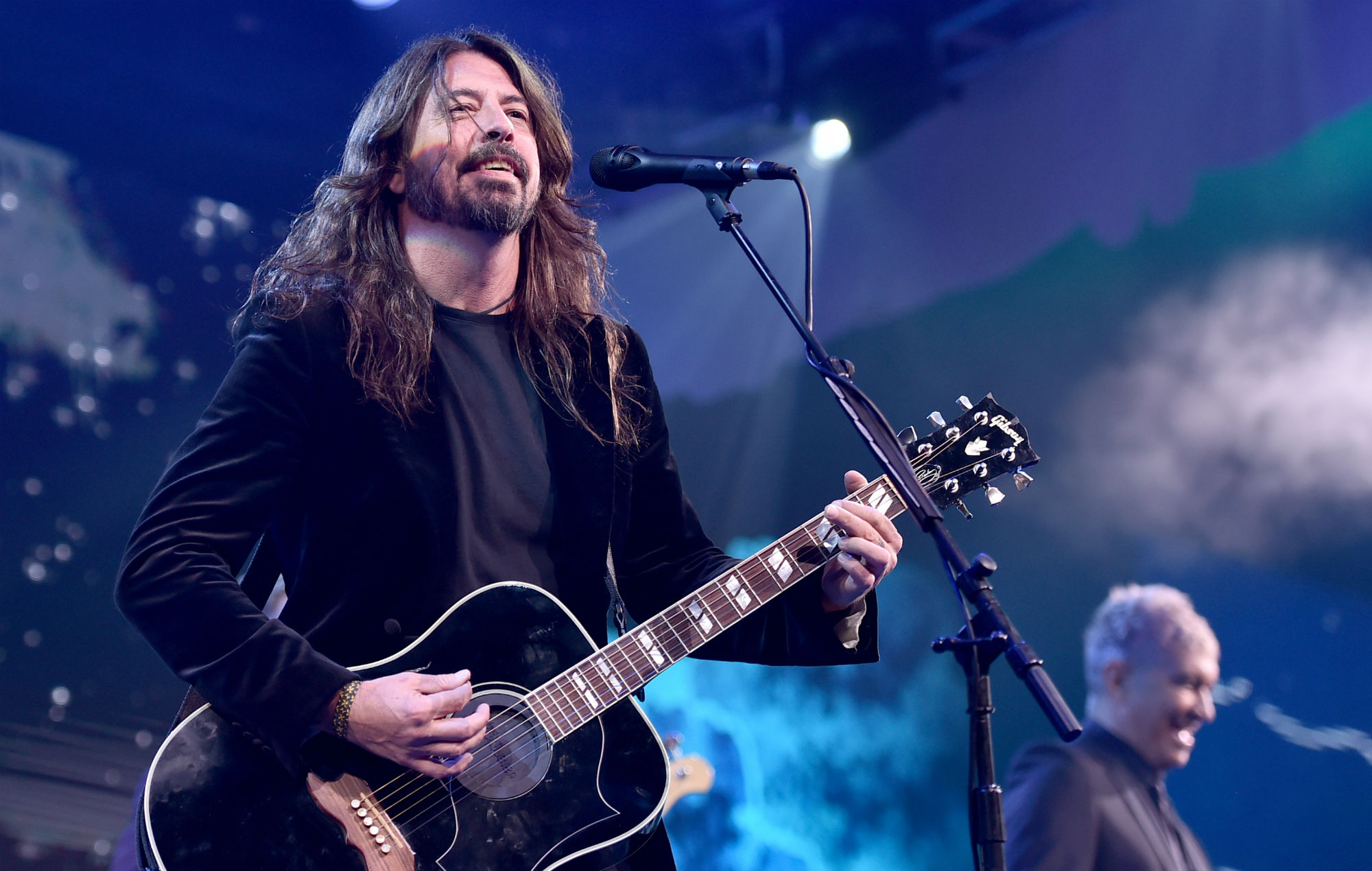 Watch Dave Grohl invite a blind child on stage to play his ...