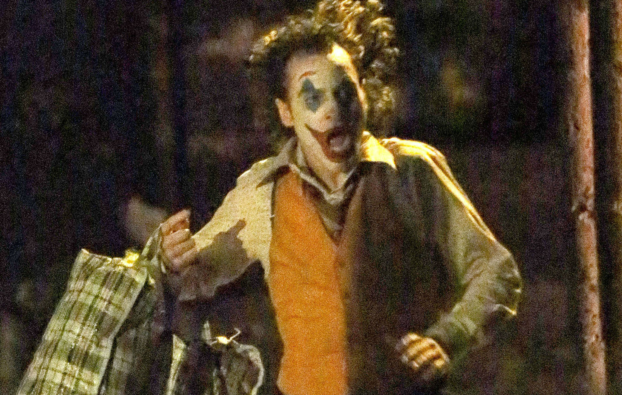 New On Set Pictures Emerge Of Joaquin Phoenix S Joker In A