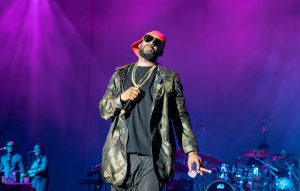 Footage Shows R. Kelly Letting Fans Towel Him Off And Grab His Crotch During Tampa Show