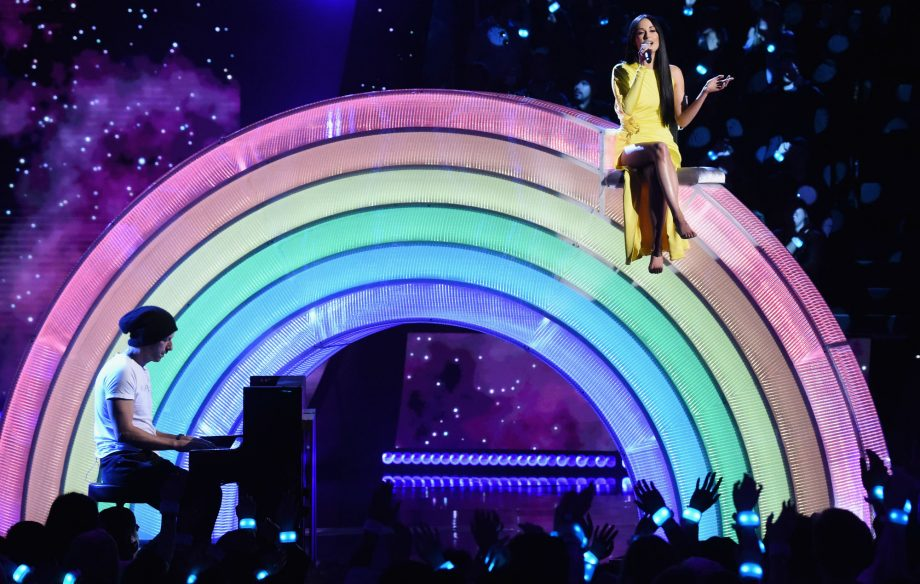 Watch Kacey Musgraves perform 'Rainbow' with Coldplay's Chris Martin