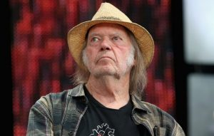 Neil Young has stopped using Facebook and blamed the social media site for supporting right wing groups